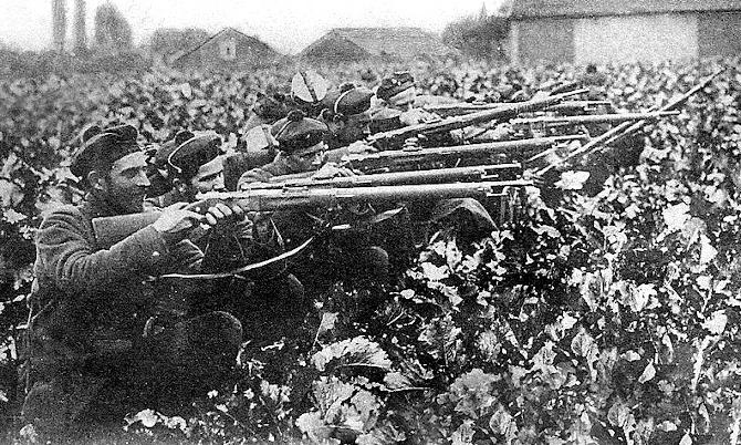 Fusiliers marins français en 1914, dans la campagne, près de l'Yser